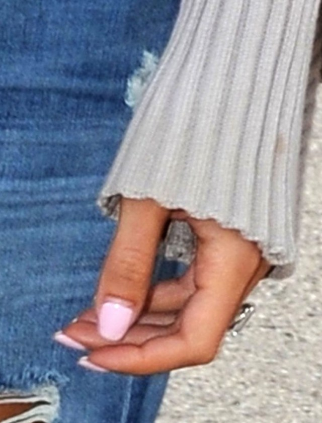 amal-alamuddin-flashing-engagement-ring-02