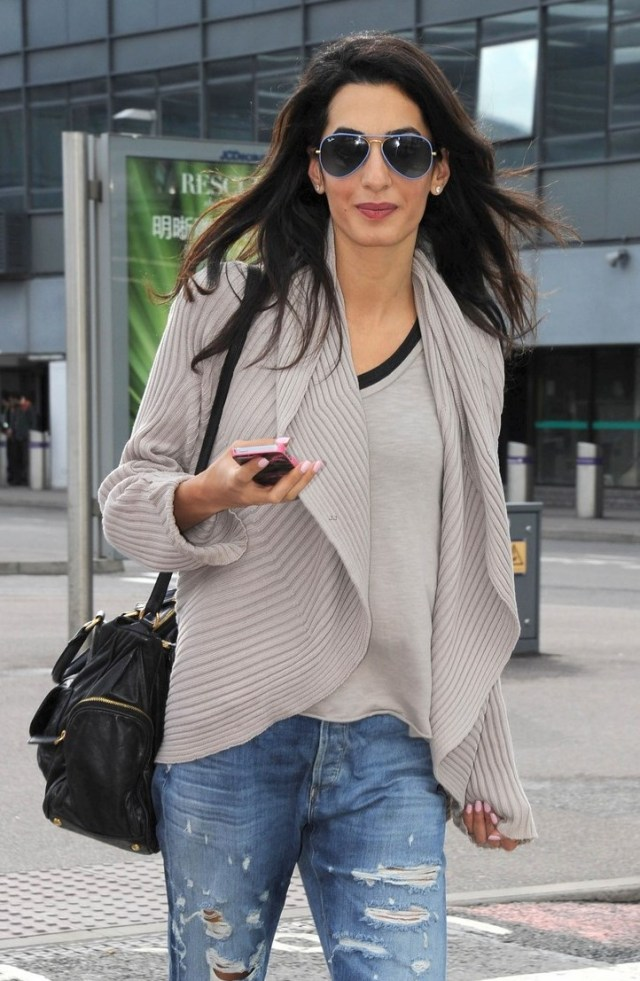 amal-alamuddin-flashing-engagement-ring-06