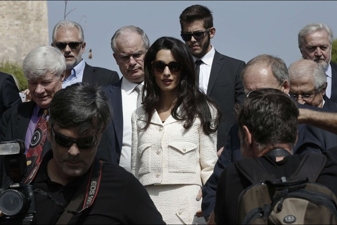 Amal-Clooney-lors-de-sa-visite-au-musee-de-l-Acropole-d-Athenes-le-mercredi-15-octobre-2014