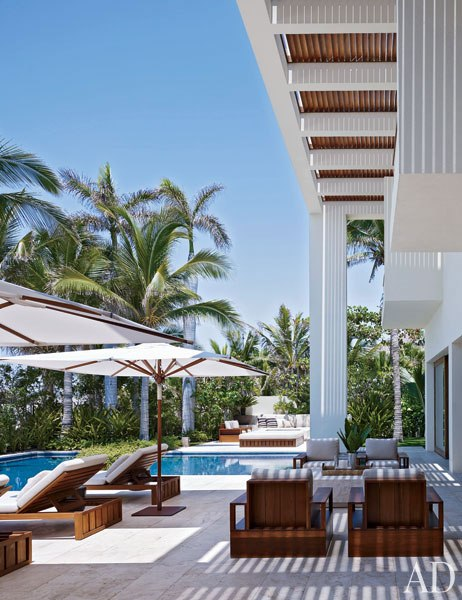 item29_rendition_slideshowVertical_cindy-crawford-rande-gerber-31-pool-extra