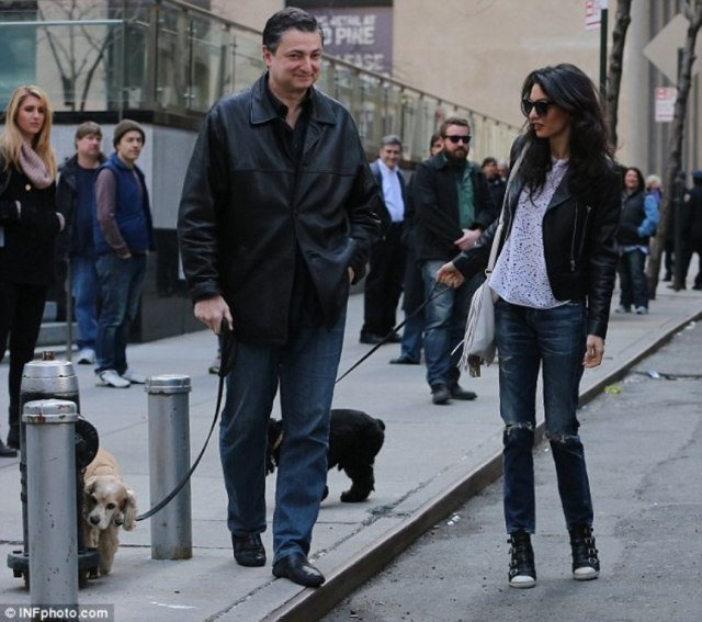 277FA0A400000578-3036224-Turning_heads_Amal_s_arrival_on_the_location_set_appeared_to_sto-a-9_1428881314887
