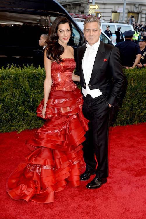 Photos-Met-Gala-2015-Amal-Clooney-amoureuse-et-engagee-elle-rehabilite-John-Galliano_portrait_w674 (1)