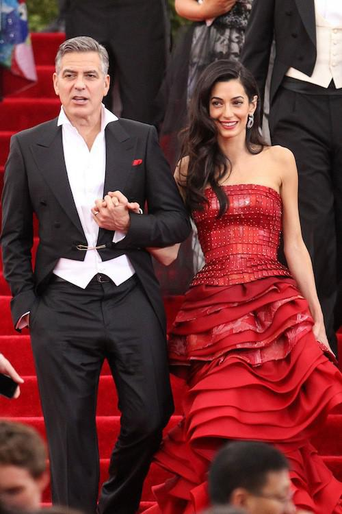 Photos-Met-Gala-2015-Amal-Clooney-amoureuse-et-engagee-elle-rehabilite-John-Galliano_portrait_w674 (2)