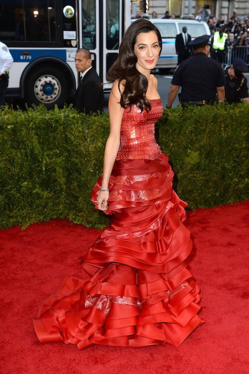 Photos-Met-Gala-2015-Amal-Clooney-amoureuse-et-engagee-elle-rehabilite-John-Galliano_portrait_w674 (4)