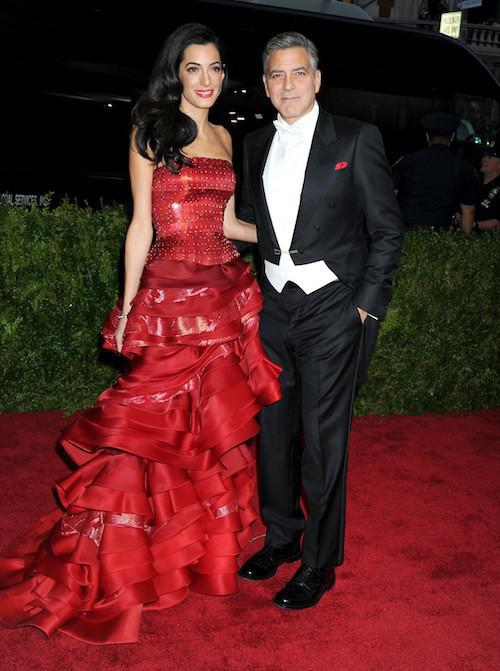 Photos-Met-Gala-2015-Amal-Clooney-amoureuse-et-engagee-elle-rehabilite-John-Galliano_portrait_w674 (5)