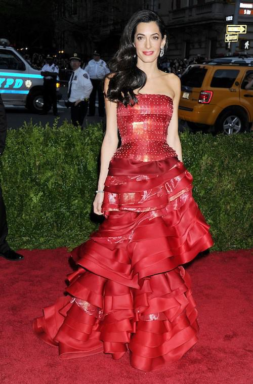 Photos-Met-Gala-2015-Amal-Clooney-amoureuse-et-engagee-elle-rehabilite-John-Galliano_portrait_w674 (7)