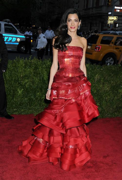 Photos-Met-Gala-2015-Amal-Clooney-amoureuse-et-engagee-elle-rehabilite-John-Galliano_portrait_w674 (9)