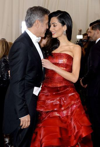 Photos-Met-Gala-2015-Amal-Clooney-amoureuse-et-engagee-elle-rehabilite-John-Galliano_portrait_w674