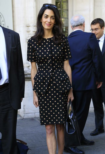 Photos-Amal-Clooney-malgre-des-traits-tires-elle-garde-la-classe_portrait_w674 (1)