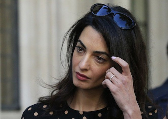 Photos-Amal-Clooney-malgre-des-traits-tires-elle-garde-la-classe_portrait_w674 (2)