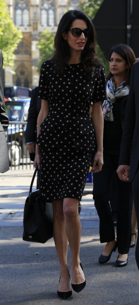 Photos-Amal-Clooney-malgre-des-traits-tires-elle-garde-la-classe_portrait_w674 (3)