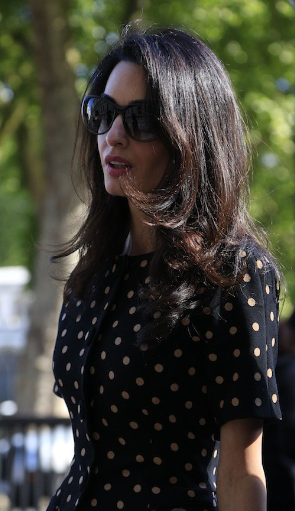 Photos-Amal-Clooney-malgre-des-traits-tires-elle-garde-la-classe_portrait_w674 (4)