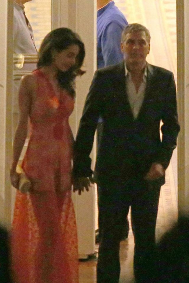 george-clooney-amal-clooney-dinner-italy-kiss-hold-hands003 (1)