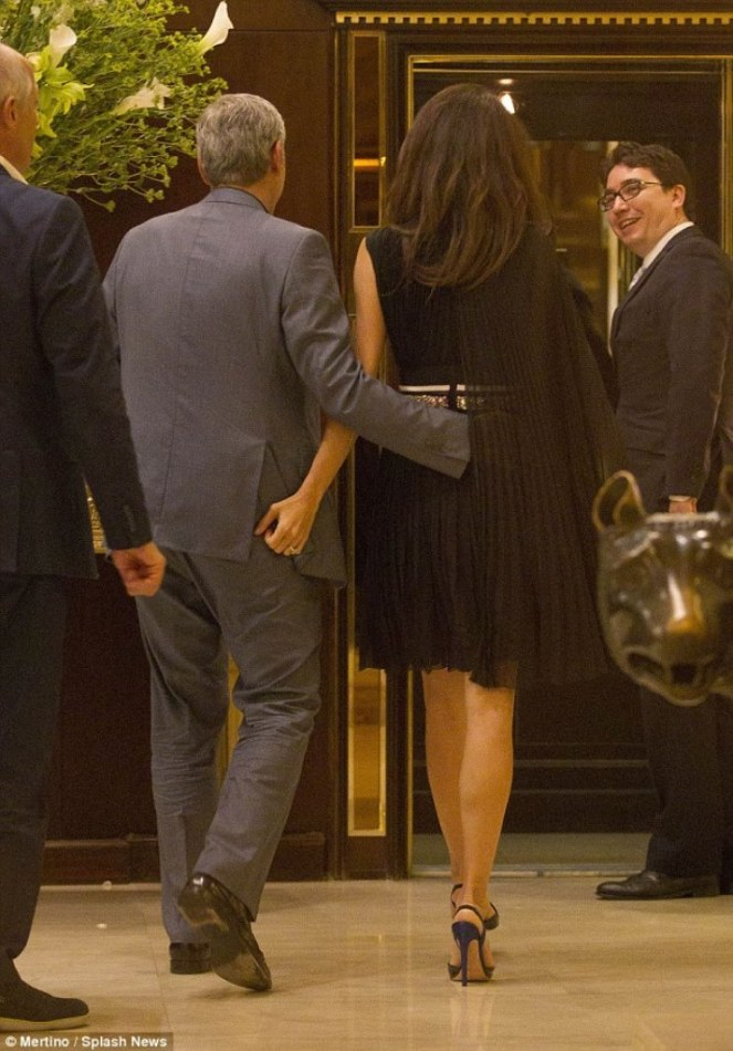 34BE684200000578-3615139-What_a_gentleman_The_loving_duo_were_spotted_walking_in_to_the_h-m-84_1