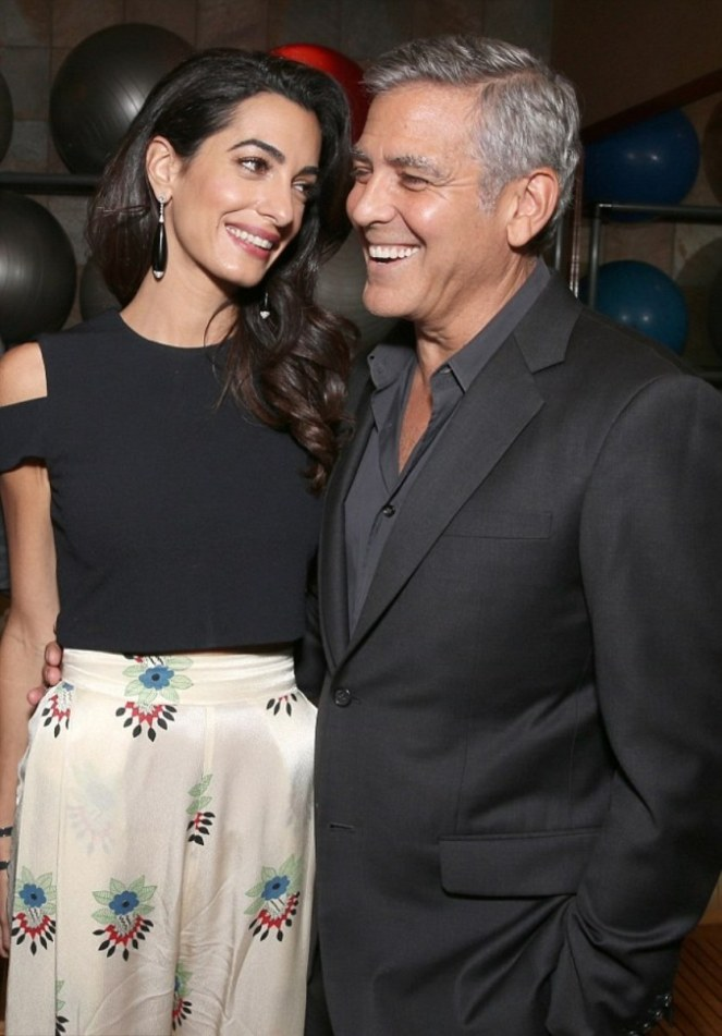39030e4e00000578-3817880-that_look_of_love_amal_looked_absolutely_smitten_as_she_gazed_to-m-26_1475384610810-1