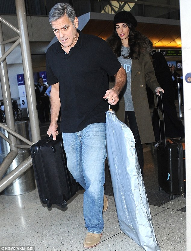 3c94a08c00000578-4165830-airplane_style_the_actor_kept_it_casual_in_jeans_and_a_collared_-a-1_1485563074727